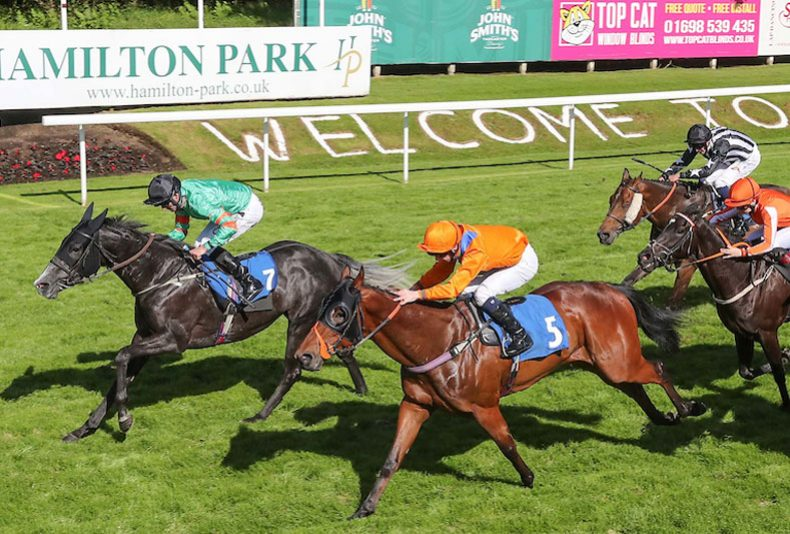 photo: Cadzow Castle Raceday